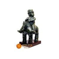 hombre cuello torcido a caballo en Bronce Replica